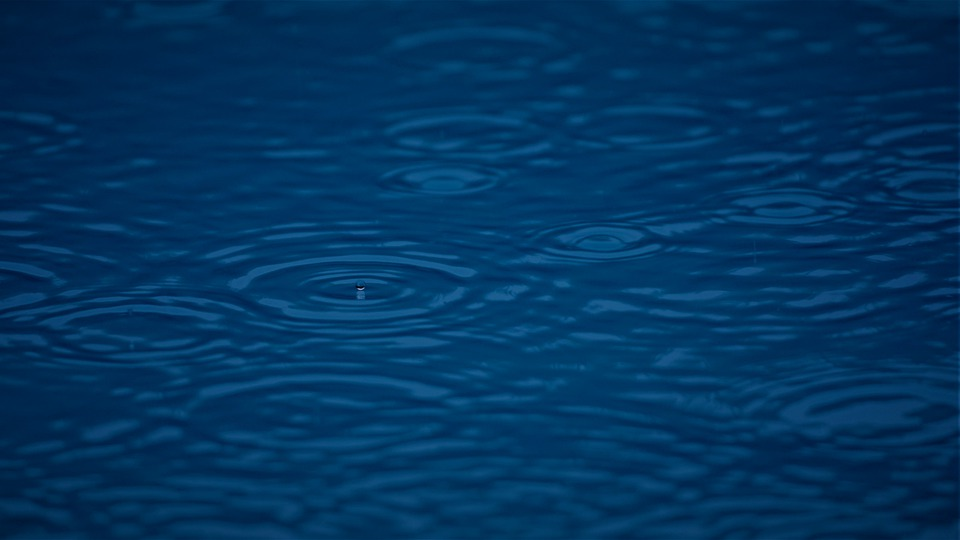 déšť na hladině
