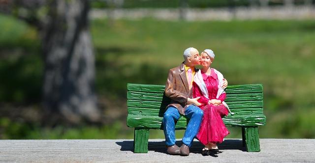 starý pár na lavičce.jpg