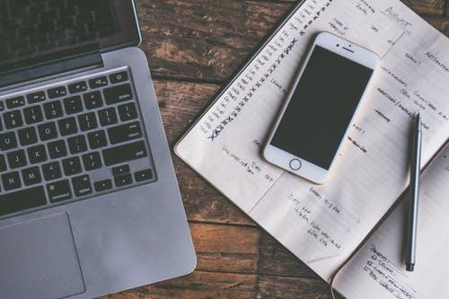 notebook, mobil a diář